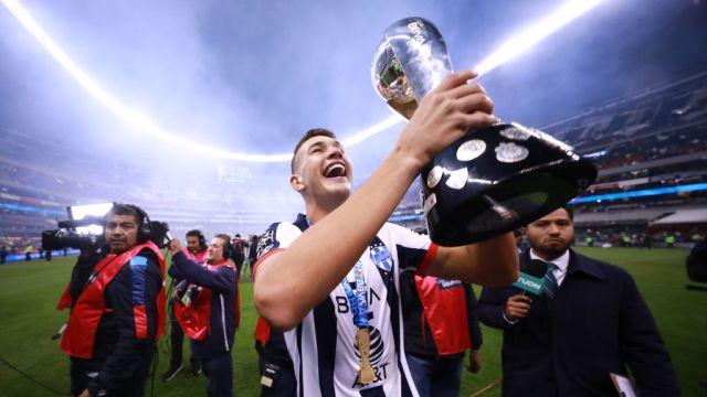 29/12/2019. César Montes Valencia Ajax Porto Los Pleyers, César Montes celebra la obtención de un título en 2019.