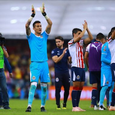 30/09/2018. Chivas Necaxa Raúl Gudiño José Madueña Los Pleyers, Raúl Gudiño festeja un triunfo con la afición de Chivas.