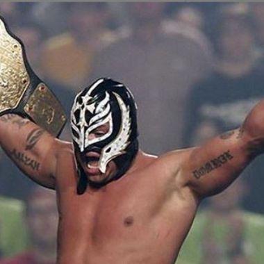 27/05/2020. Rey Mysterio Retiro Hijo Debut Los Pleyers, Rey Mysterio con un campeonato de la WWE.