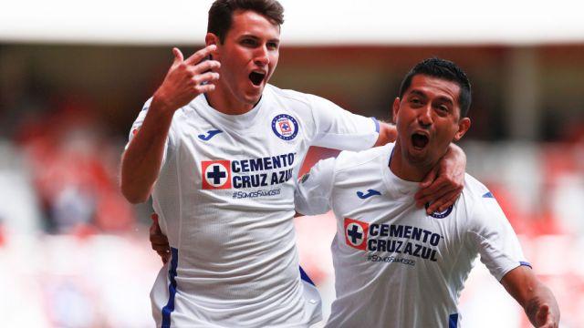02/02/2020. Santiago Giménez Selección Mexicana Argentina Cita Los Pleyers, Santiago Giménez celebra un gol con Elías Hernández.