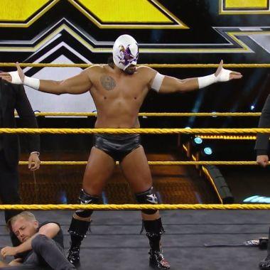 Hijo del Fantasma sorprende en WWE al quitarse máscara y nombrase Santos Escobar 11/06/2020