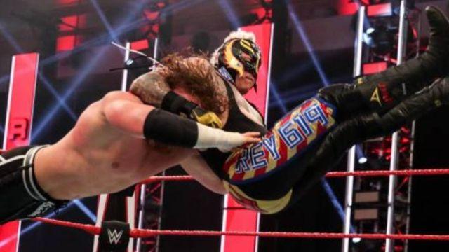 Rey Mysterio amenaza con destruir la vida de Seth Rollins 09/06/2020