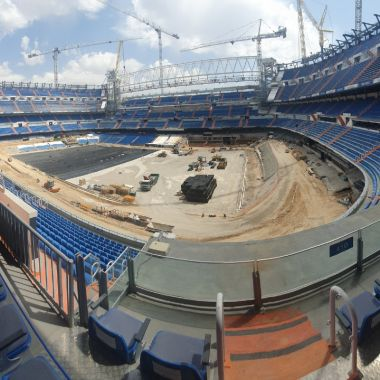 Así van quitando las gradas del Estadio Santiago Bernabéu