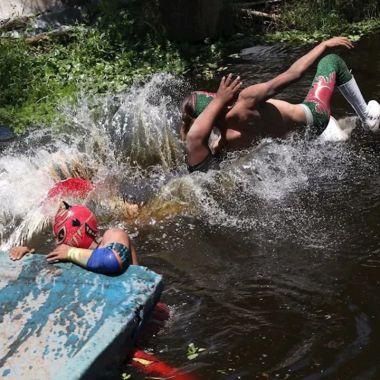 Lucha libre regresa con funciones en trajineras Xochimilco
