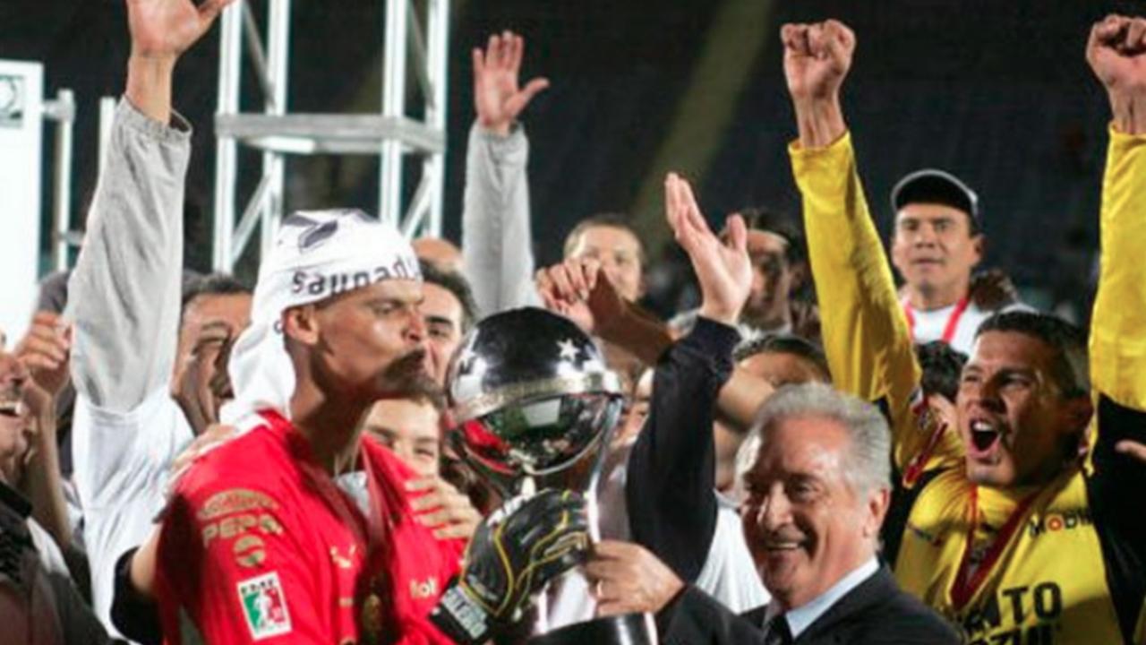Miguel Calero levantando la Copa Sudamericana