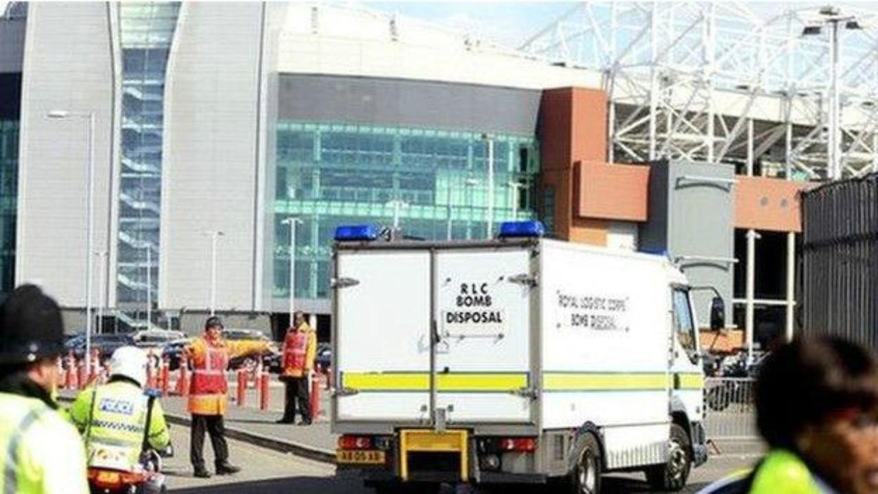 Manchester United y una bomba en su estadio