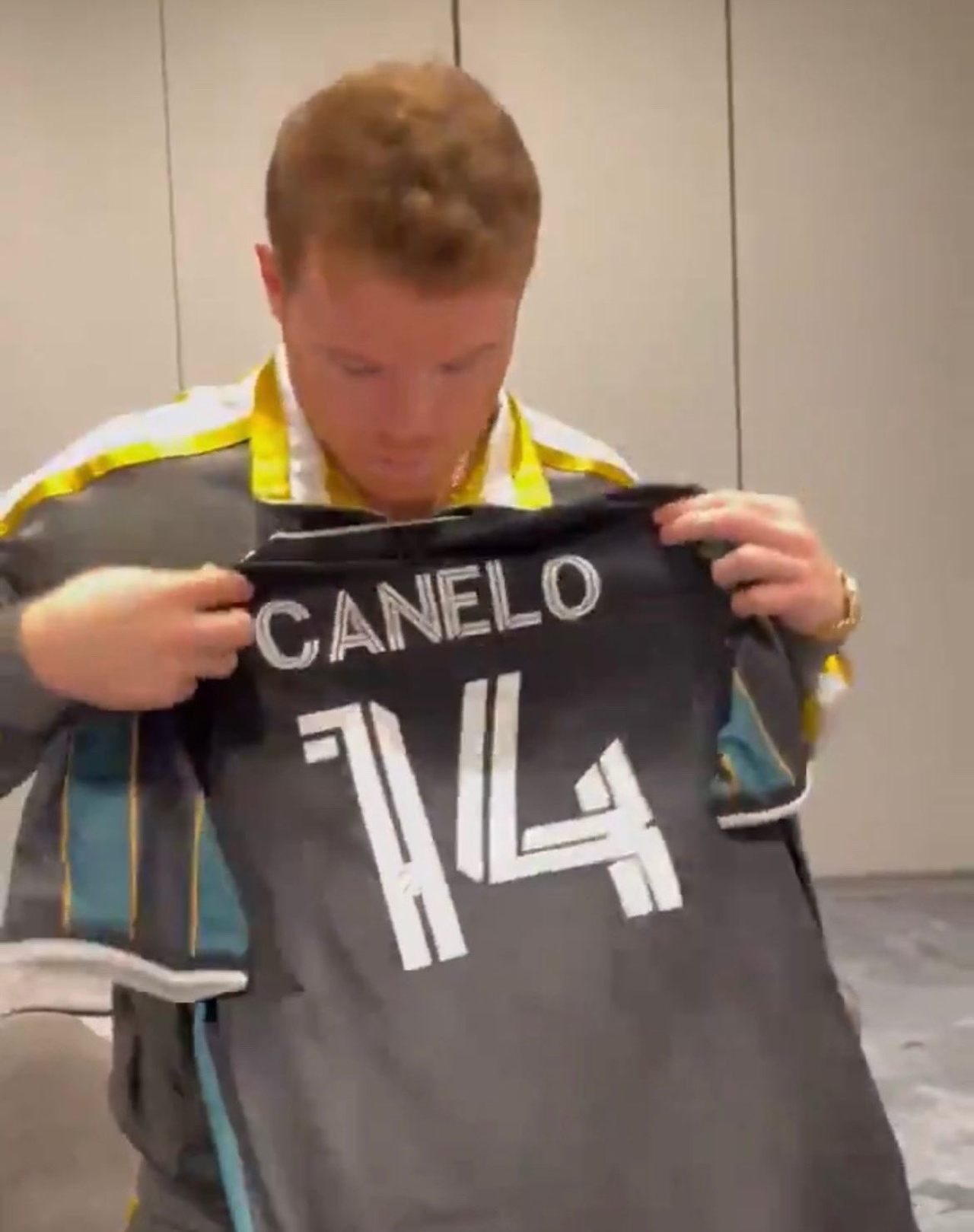 Canelo recibe jersey de Chicharito