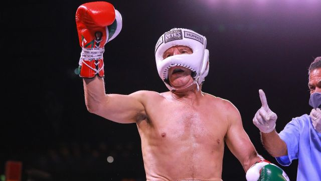 Julio César Chávez da cátedra de boxeo ante Héctor Camacho Jr. en su última pelea de exhibición
