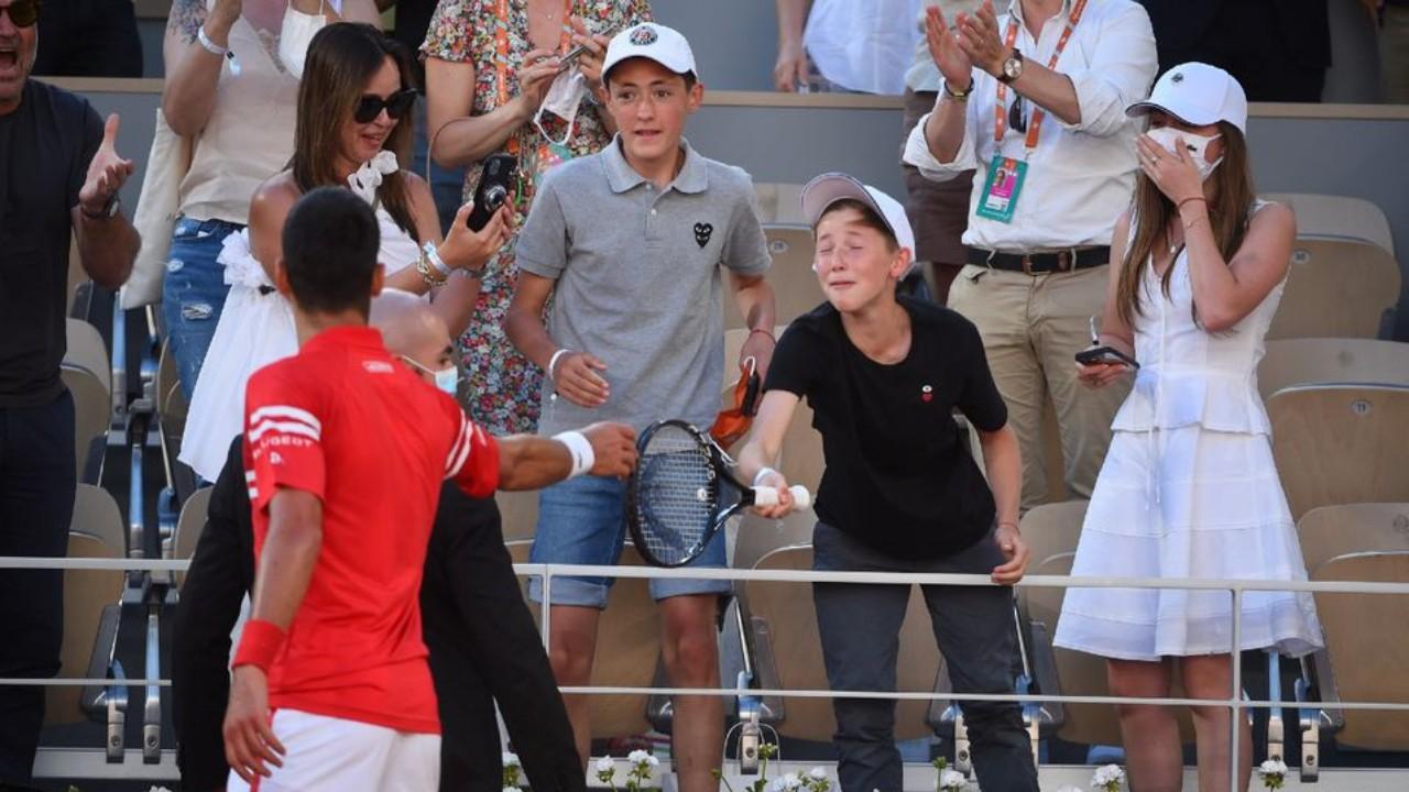 ROland Garros Novak Djokovic regaló raqueta niño