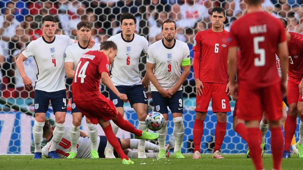Eurocopa 2020: Mikkel Damsgaard anota un golazo de tiro libre para Dinamarca