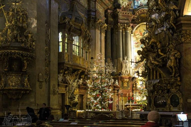 Interior de la iglesia de San Pedro. Árbol de Navidad en el centro, columnas con muchas esculturas en oro.