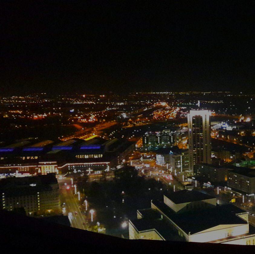 Losprobiert fast daheim: Der Blick auf den Leipziger Hauptbahnhof bei Nacht fotografiert vom MDR-Turm
