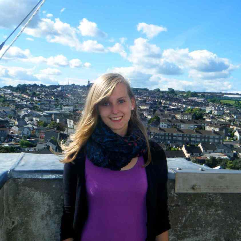 Sarahs erster Auslandsaufenthalt in Irland - Sarah auf dem Bell Tower in Cork mit Blick über die Stadt