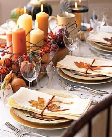 Hojas, calabazas y velas para adornar mesas.