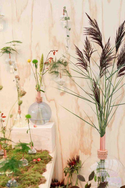 Trends Merk Scandinaviaform vaasjes met losse bloemen, dit jaar nog steeds hot en happening. Gespot op showup event 2017