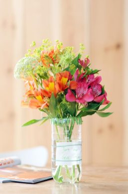 upcycle recycle fles alstroemeria-recycle-fles-diy-mooiwatbloemen-doen-met-losse-bloemen