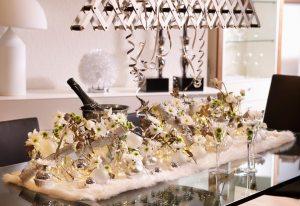 kersttafeldecoratie-nieuwjaartafel-mooiwatbloemendoen-styling-kersttafel-bloemen-als-vaas