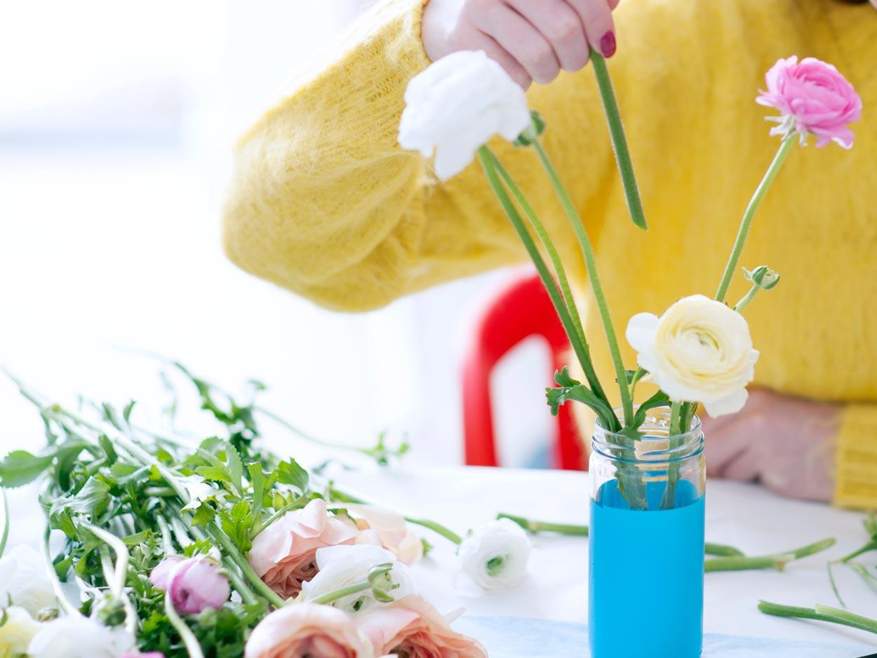 ranonkels diy mooiwatbloemendoen vaasje DIY pimpen met spuitbussen spuiten losse bloemen