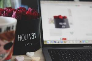 Wil je iemand op een leuke manier laten weten dat je van hem of haar houdt? Stuur dan een rozen giftbox met de tekst 'Hou van jou'. Een superleuk en lief cadeau. Wie ga jij verrassen met deze speciale rozen giftbox?