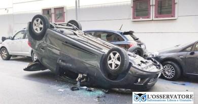 Spettacolare incidente, un'auto si ribalta in via della Bassata