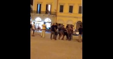 Violenta rissa in piazza della Repubblica
