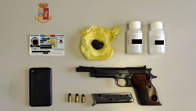 Arrestato: andava in giro con una pistola rubata e un documento falso