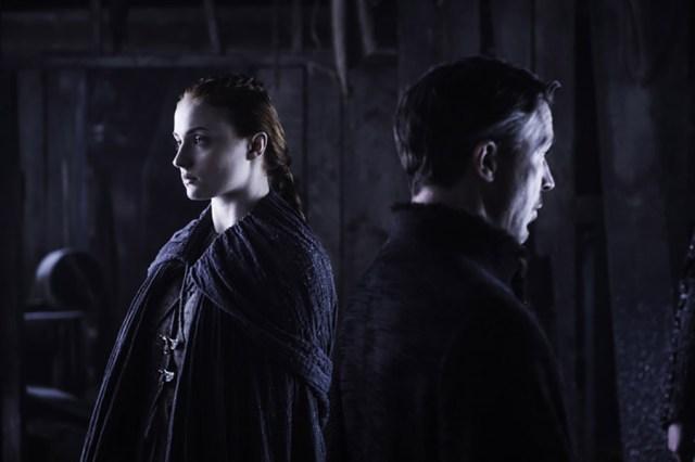 "Sophie Turner como Sansa Stark y Aidan Gillen como Petyr ""Meñique"" Baelish. Helen Sloan / HBO"