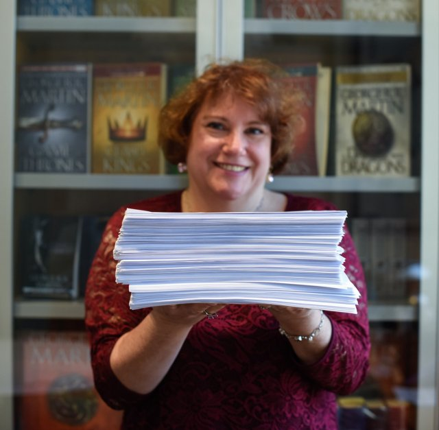 Anne Groell con el manuscrito de Fire and Blood
