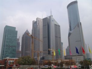 vor dem Oriental Pearl Tower