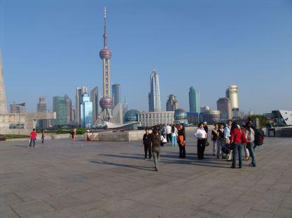 Blick über die Uferpromenade auf Pudong