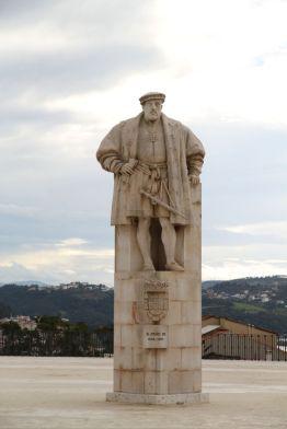 Statue von João III. auf dem Platz der Universidade Velha