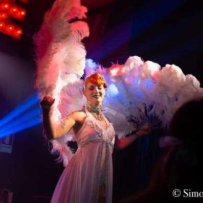 Burlesque con piume bianche