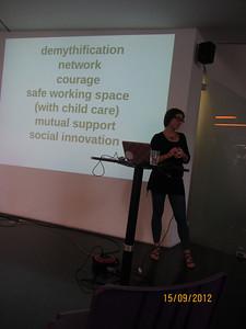Stefanie Wuschitz bei der Diskussion von 'Hacking Feminism'