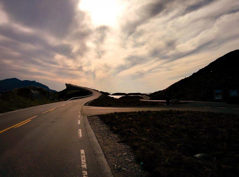 Nationaal Toeristische Routes - Zonsondergang op de Atlantische Weg, één van de beroemdste wegen