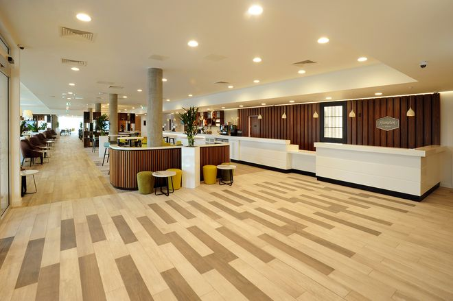 Hampton by Hilton hall