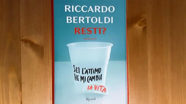 """Copertina di """"Resti?"""" di Riccardo Bertoldi"""
