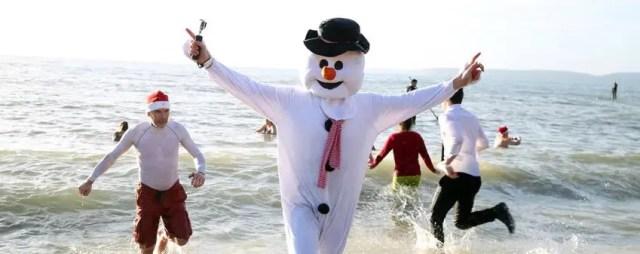 In Galles, durante il periodo natalizio, è tradizione fare una nuotata con cappelli da Babbo Natale o costumi vari