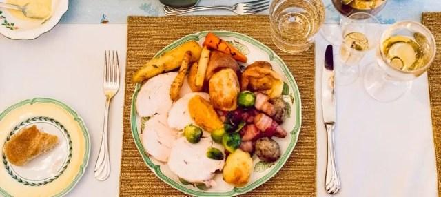 Tra le tradizioni natalizie inglesi c'è la cena di natale con tacchino e vegetali