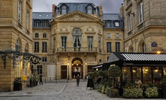 Place de Valois durante il periodo natalizio