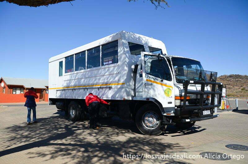 camión pintado de blanco preparado para salir a recorrer el desierto