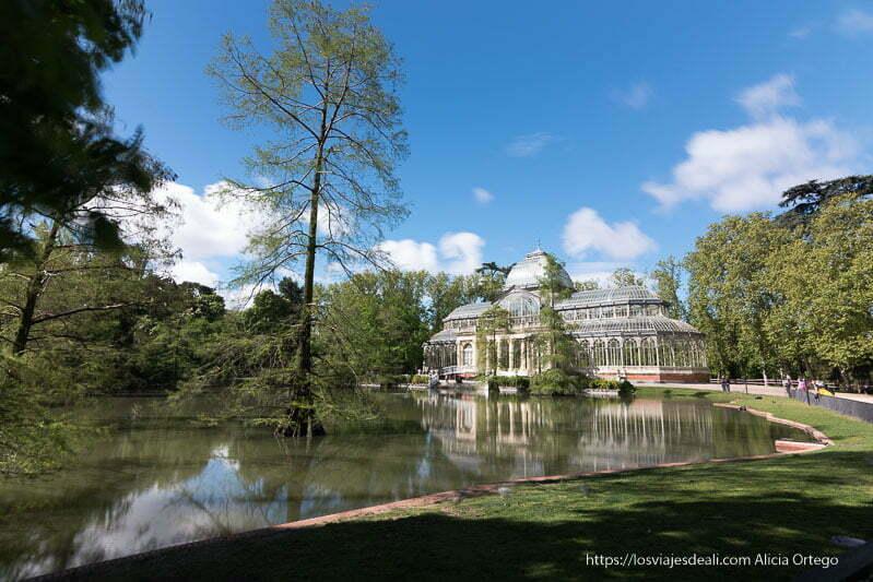 palacio de cristal con el lago