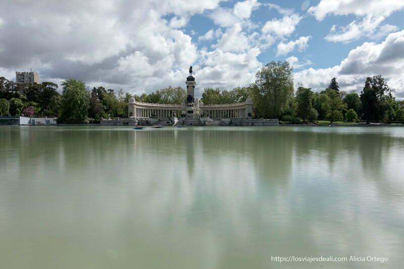 lago del retiro con el monumento Alfonso XII reflejándose