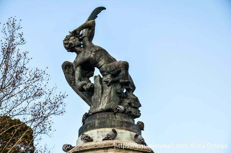 estatua del ángel caído del retiro inclinado hacia atrás mirando hacia arriba