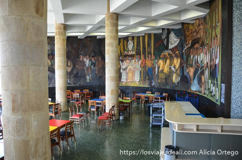 cafetería con gran mural de pescadores