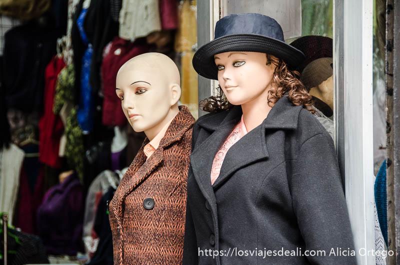 dos maniquíes femeninos en la puerta de una tienda