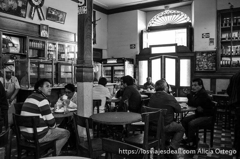 interior de un café de lima con mesas y gente sentada