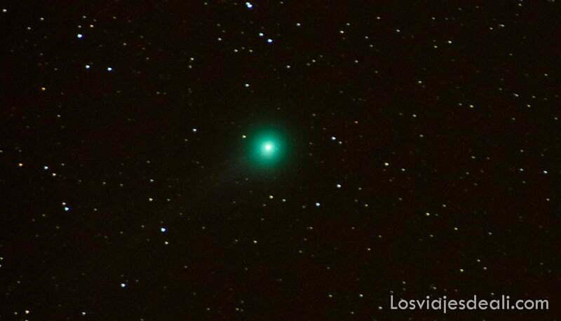 cometa que es bolita verde en el cielo oscuro