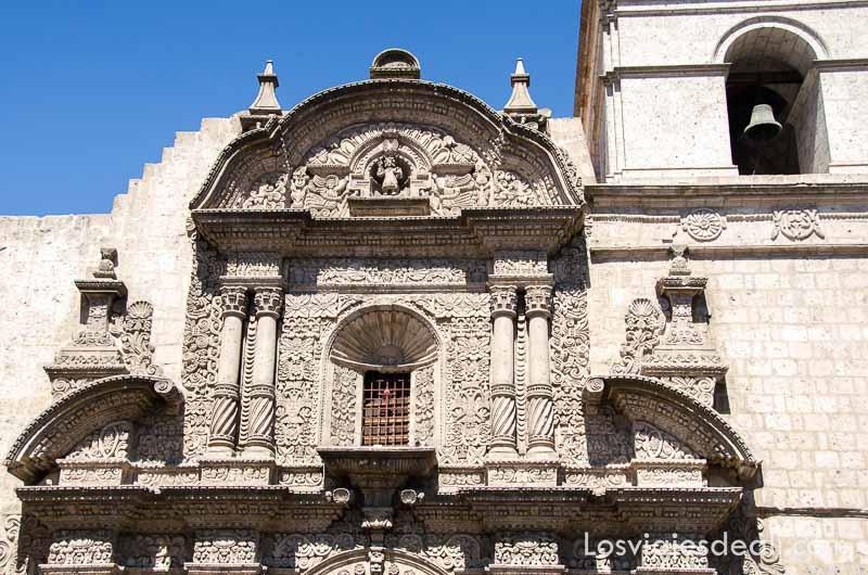 fachada de la iglesia de la compañía con motivos barrocos