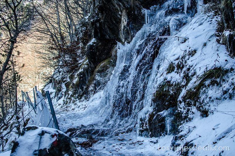 hielo en el camino de respomuso