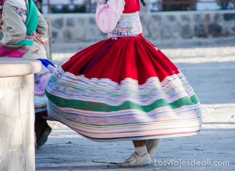 niña bailando con falda en movimiento